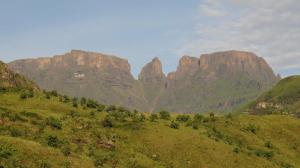 Injisuthi peaks- Cathkin, Monk's Cowl and Champagne Castle.